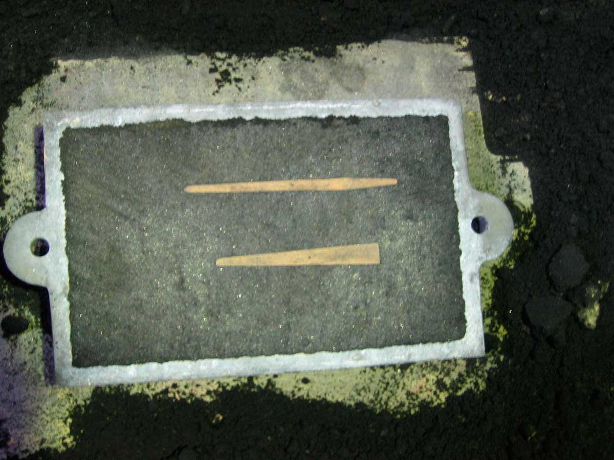 Εικ. 4. Ήμισυ μήτρας από άμμο και ξύλινα μοντέλα σμιλών κατά τη φάση της χύτευσης.