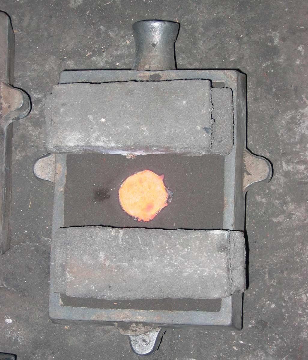 Εικ. 5. Διπλή μήτρα από άμμο, στο εσωτερικό της οποίας έχει διοχετευθεί το λιωμένο μέταλλο (κρατέρωμα).