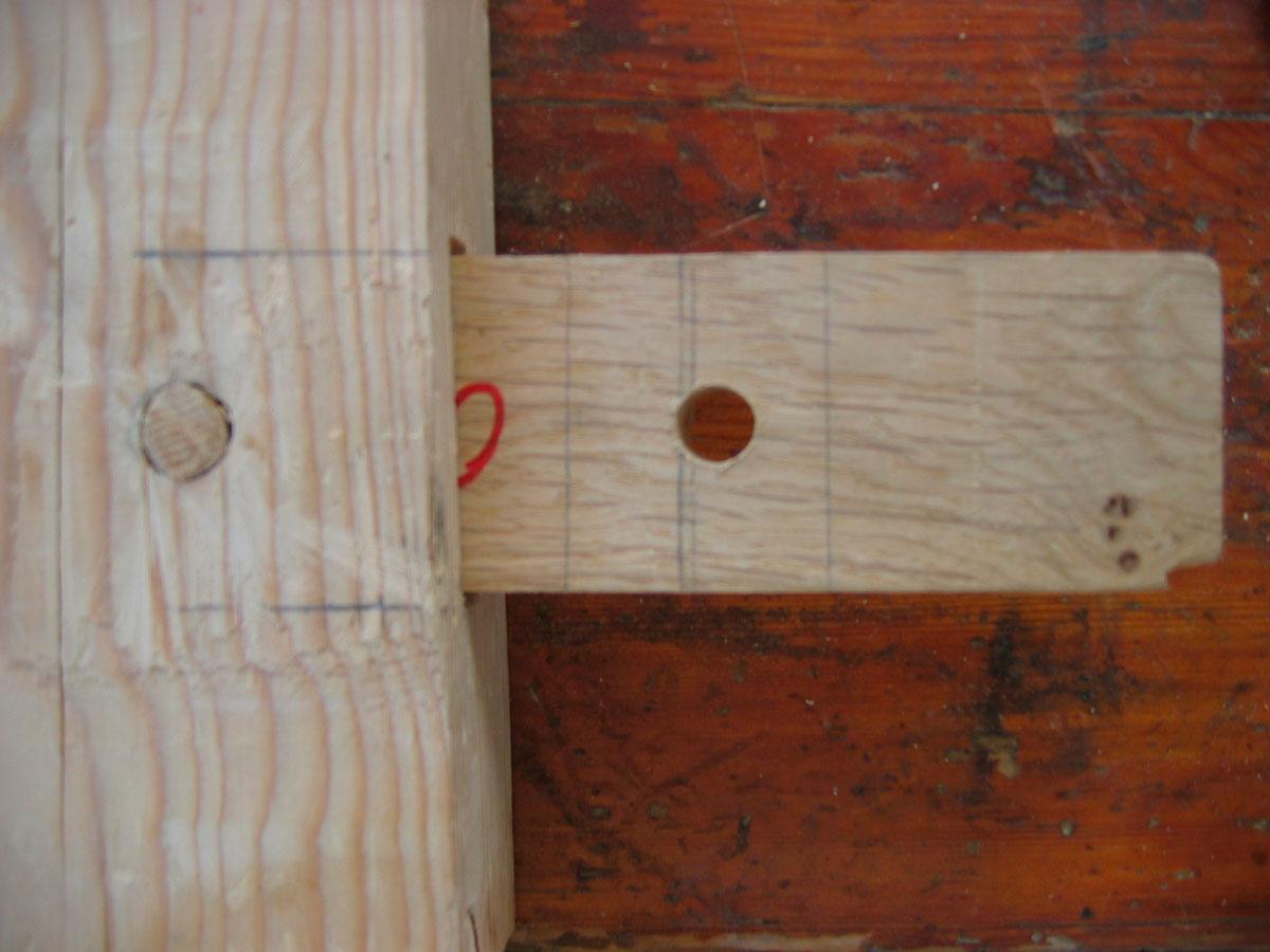 Εικ. 8. Ανακατασκευασμένο τμήμα της γάστρας του Uluburun, όπου διακρίνεται τρόπος ναυπήγησης του πλοίου με την τεχνική των τόρμων και των συνδέσμων, οι οποίοι ασφαλίζονται με ξύλινους ήλους.