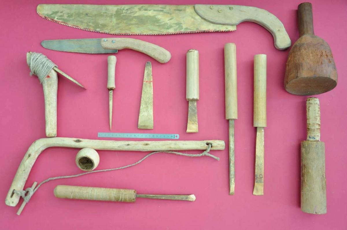 Εικ. 9. Εργαλειοθήκη μυκηναίου ναυδόμου αποτελούμενη από ανακατασκευασμένα  εργαλεία.