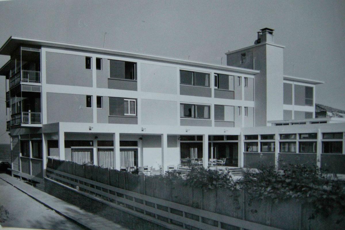 Το Ξενία Χίου χτίστηκε το 1958, σε σχέδια του αρχιτέκτονα Κώστα Σταμάτη.