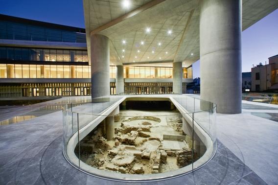 Το εξωτερικό του Μουσείου Ακρόπολης, με ορατές τις αρχαιότητες στα θεμέλιά του.