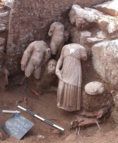 Μαρμάρινα αγάλματα από το Ασκληπιείο του Δαφνούντα, επίσης στη Φθιώτιδα.