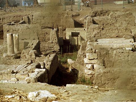 Aρχαιότητες στην Hρακλεόπολη, σημερινή Ihnasya el-Medina.