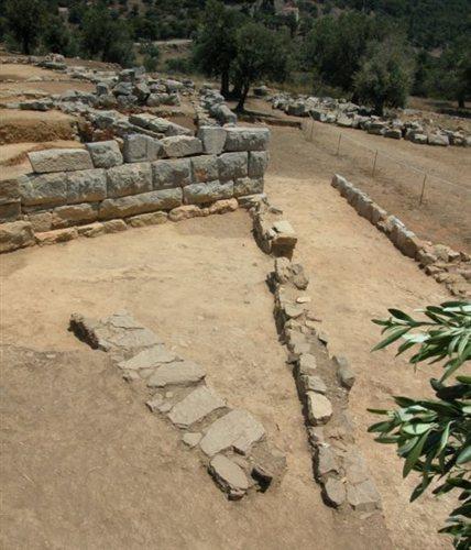 Τριγωνική περιοχή όπου βρέθηκαν όστρακα και άλλα σημαντικά αντικείμενα. Καλαυρεία Πόρου.