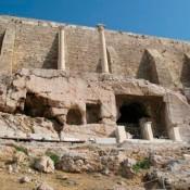 Δύο κίονες της Ακρόπολης, μάρτυρες της σεισμικής ιστορίας της Αθήνας