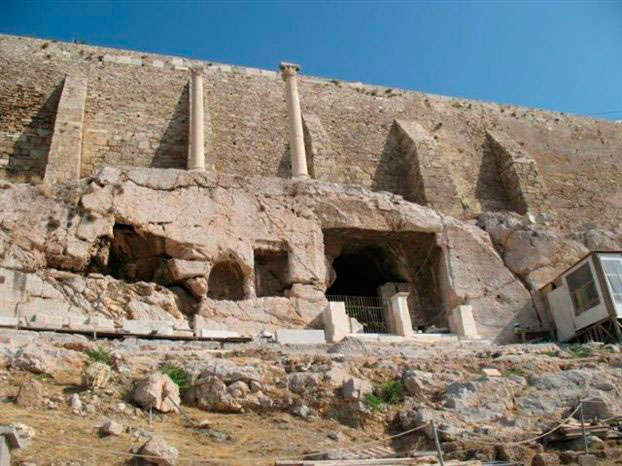 Οι δύο χορηγικοί κίονες κάτω από το τείχος της Ακρόπολης και πάνω από το μνημείο του Θρασύλλου.