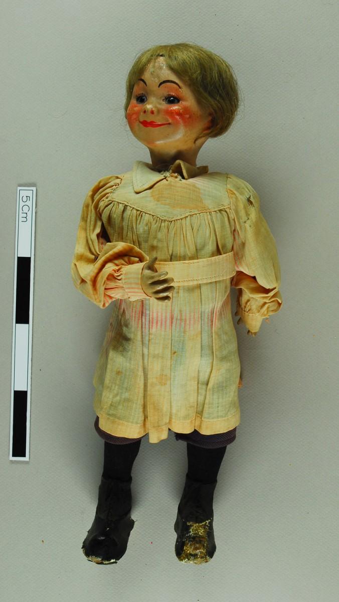 Εικ. 1. Π.Λ.Ι., αρ. ευρ. 2005.18.0004, «Τoto», η κούκλα πριν από τη συντήρηση.