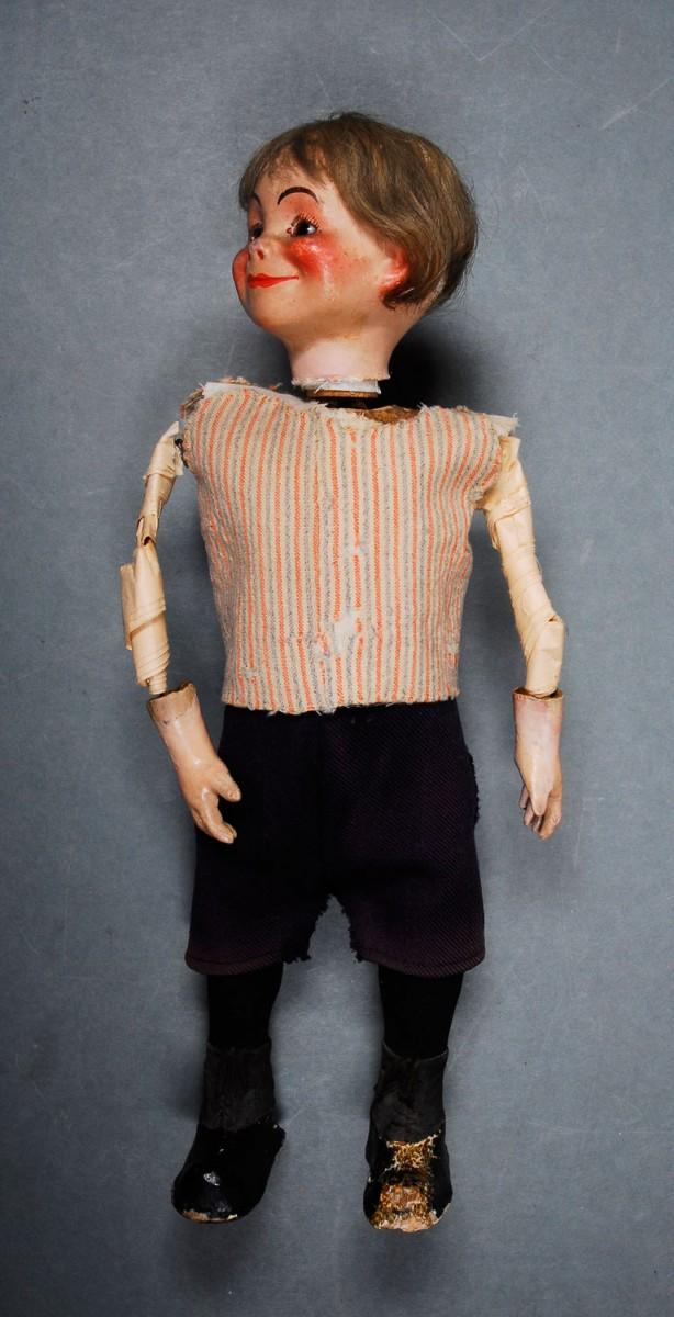 Εικ. 11. Π.Λ.Ι., αρ. ευρ. 2005.18.0004, «Τοto», η κούκλα μετά την αντικατάσταση των φθαρμένων χαρτιών στους βραχίονες και κατά την τοποθέτηση των ενδυμάτων.