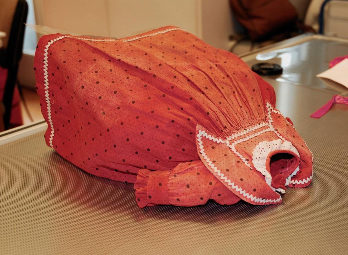 Εικ. 21. Π.Λ.Ι., αρ. ευρ. 1988.18.0011 Α-Δ, τo φόρεμα της κούκλας στην τράπεζα αναρρόφησης (suction table).