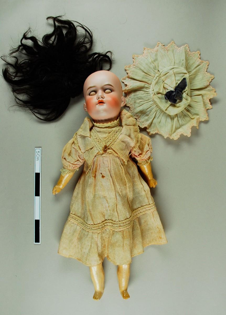 Εικ. 24. Π.Λ.Ι., αρ. ευρ. 1985.18.0016, η κούκλα bisque «Florοdora», bisque child doll, Armand Marseille, πριν από τη συντήρηση.