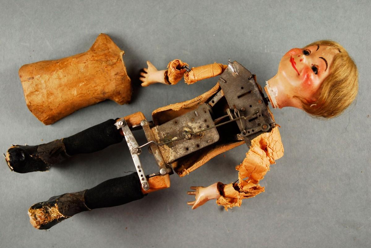 Εικ. 5. Π.Λ.Ι., αρ. ευρ. 2005.18.0004, «Τοto»,  ο μηχανισμός της κούκλας κάτω από τη χαρτομάζα.