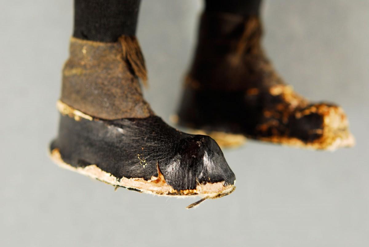 Εικ. 6. Π.Λ.Ι., αρ. ευρ. 2005.18.0004, «Τοto», τα παπούτσια της κούκλας πριν από τη συντήρηση.