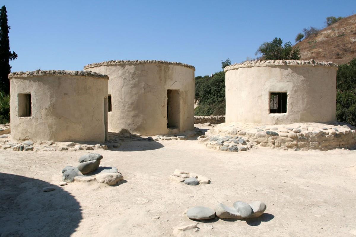 Αναπαράσταση προϊστορικών κατοικιών στον αρχαιολογικό χώρο της Χοιροκοιτίας.