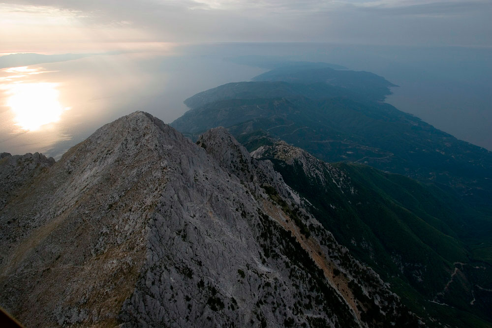 Εικ. 1. Η γυμνή κορυφή του όρους Άθω, στη μέση του Αιγαίου.