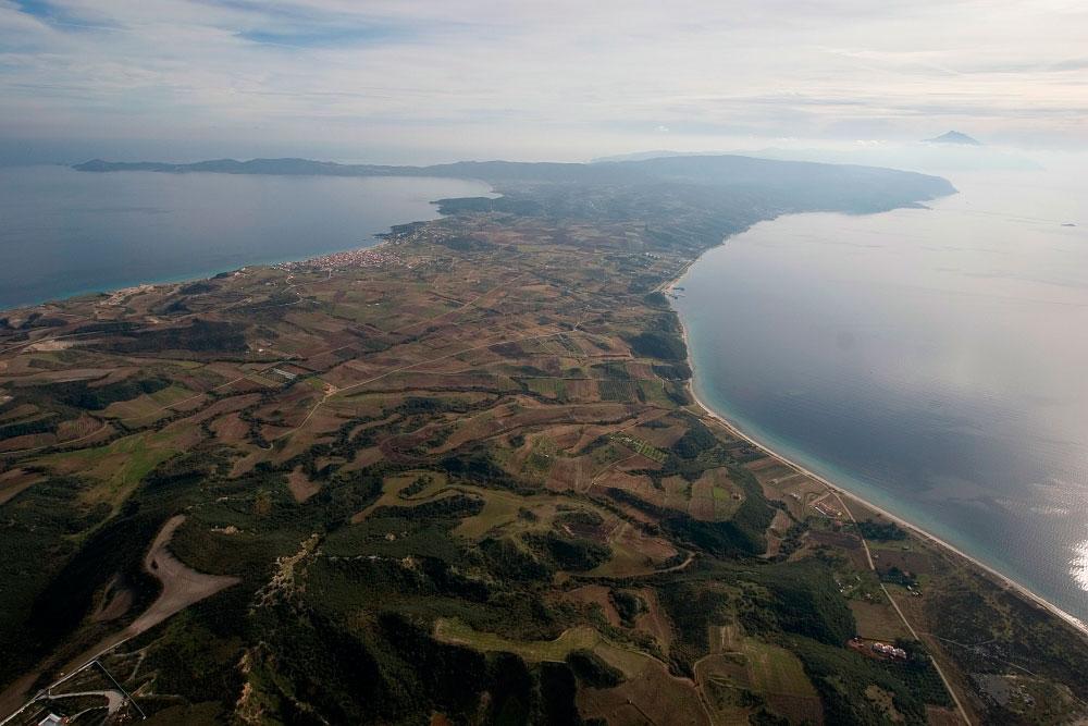 Εικ. 3. Οι φυσικές τοποθεσίες της χερσονήσου είναι αξιοθαύμαστες, με γραφικούς λόφους, κατάφυτα δάση, απόκρημνους γκρεμούς και άφθονα νερά.