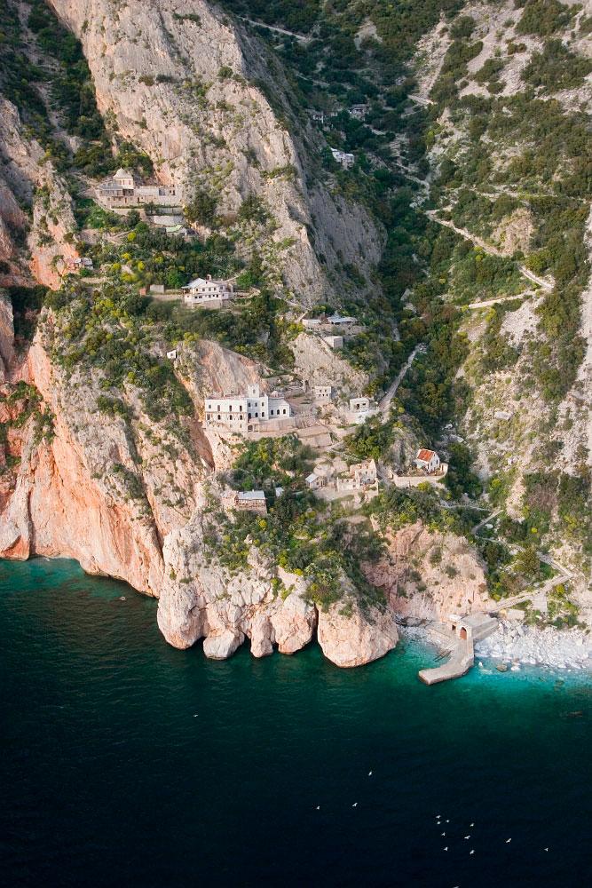 Εικ. 9. Τα ιστορικά μοναστήρια και τα χωμένα σε απόκρημνους βράχους κελιά χαρακτηρίζουν το Άγιο Όρος ως το μεγαλύτερο ζωντανό μουσείο τέχνης, εθνολογίας και εκκλησιαστικής ιστορίας.