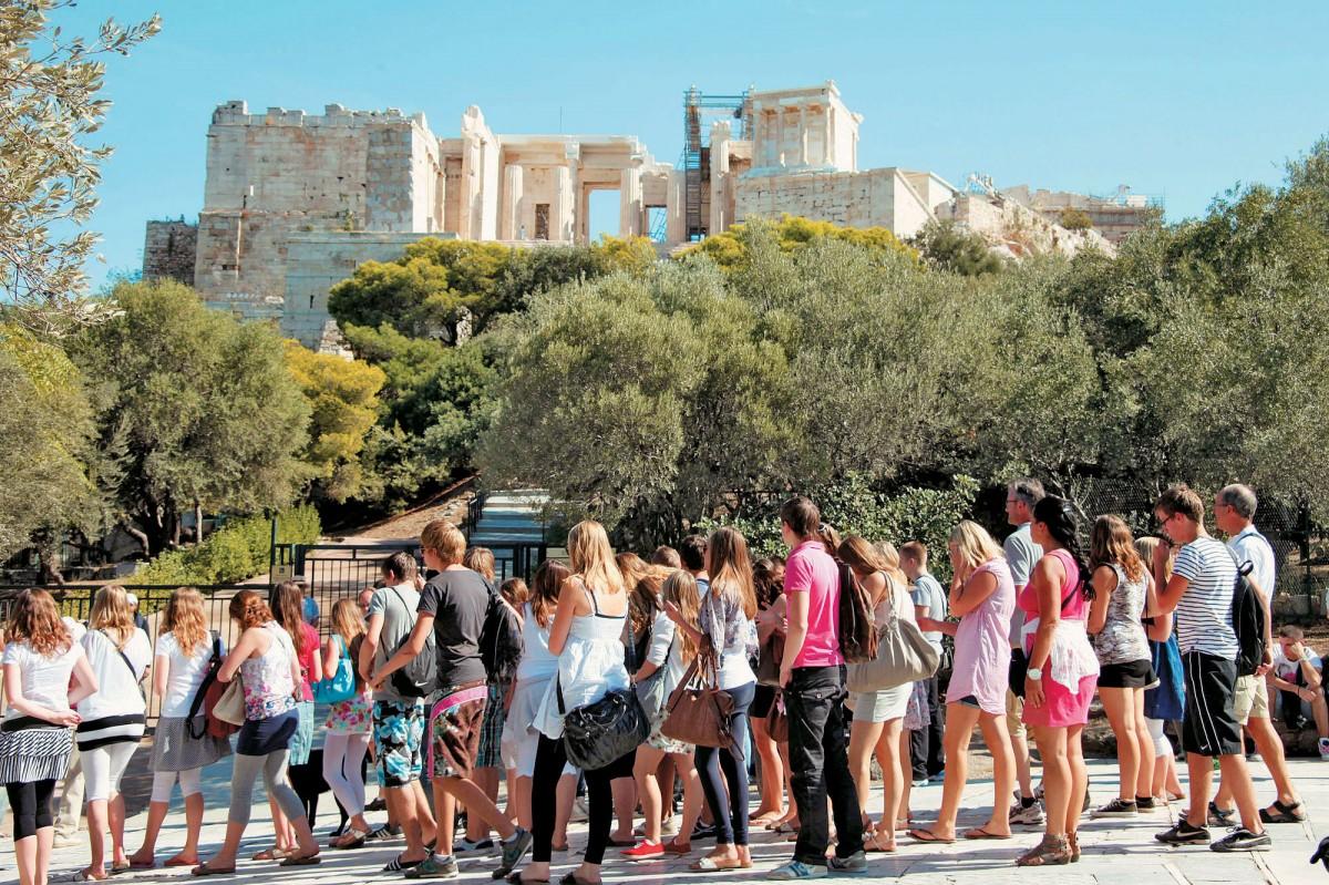 Ξένοι επισκέπτες στην Ακρόπολη.