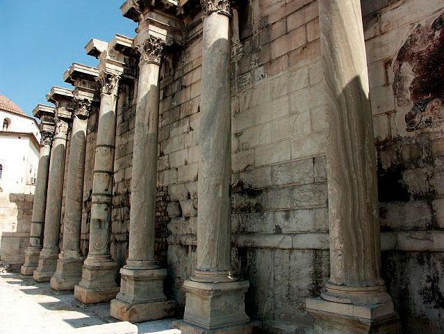 Τα ερείπια της βιβλιοθήκης του Αδριανού στο Μοναστηράκι.
