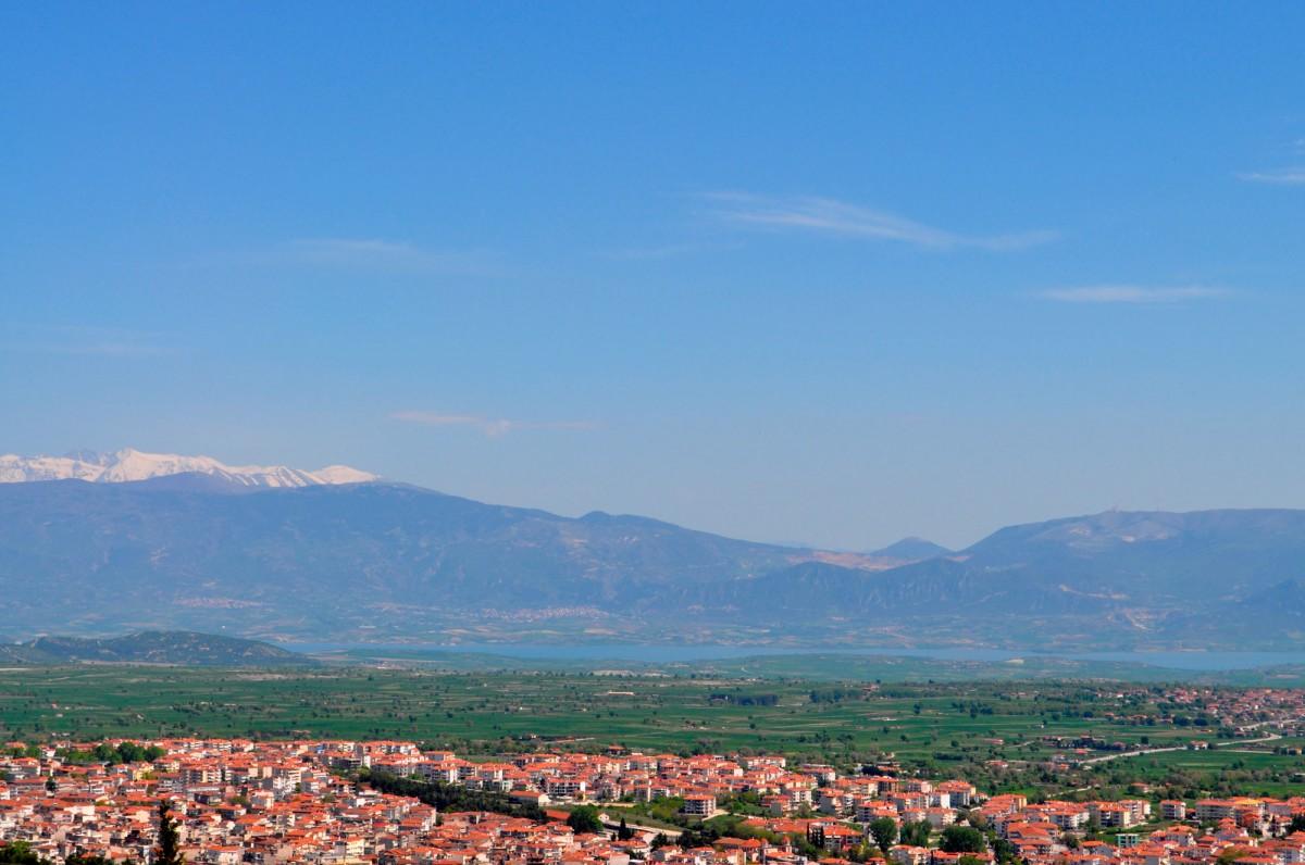 Εικ. 1. Άποψη της γεωλογικής λεκάνης Κοζάνης-Σερβίων, από βορειοδυτικά. Μπροστά η πόλη της Κοζάνης και στο βάθος η τεχνητή λίμνη Πολυφύτου και ο Όλυμπος.