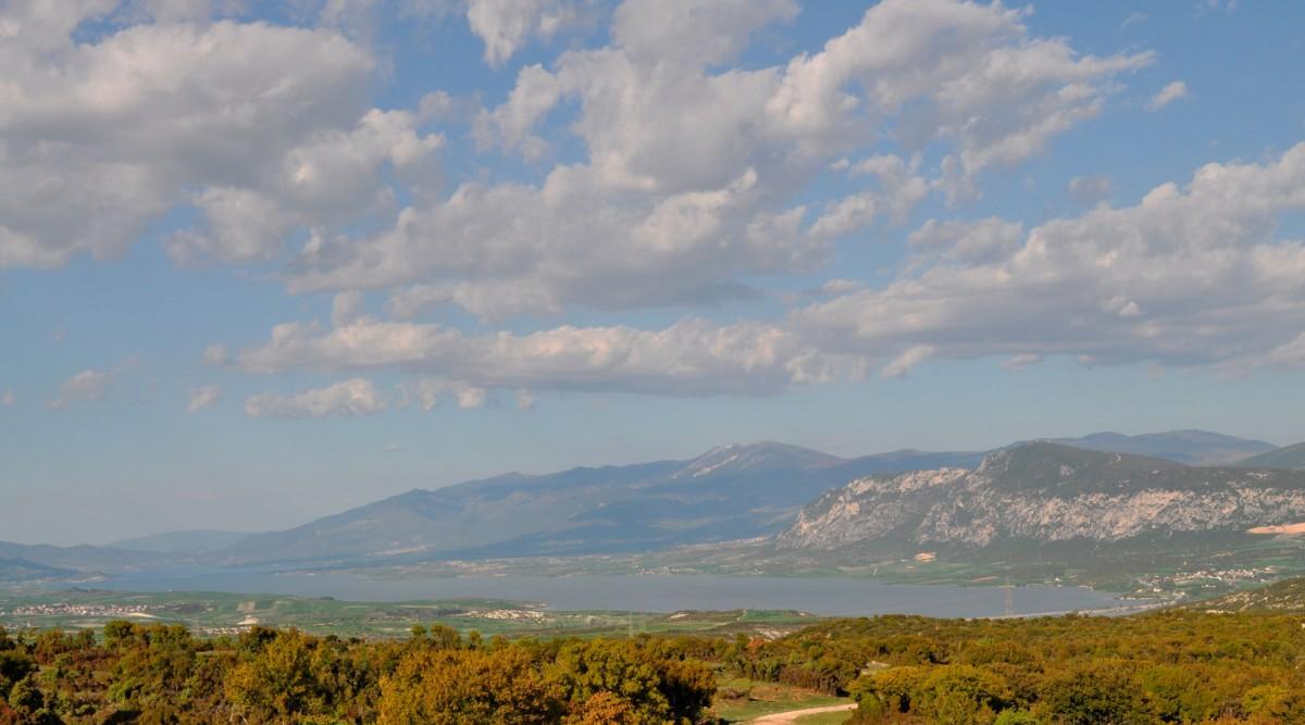 Εικ. 2. Άποψη της κοιλάδας του Αλιάκμονα και της τεχνητής λίμνης Πολυφύτου, από δυτικά, από περιοχή Αιανής.