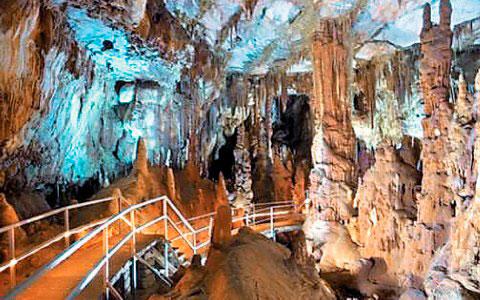 Άποψη του σπηλαίου Πετραλώνων.