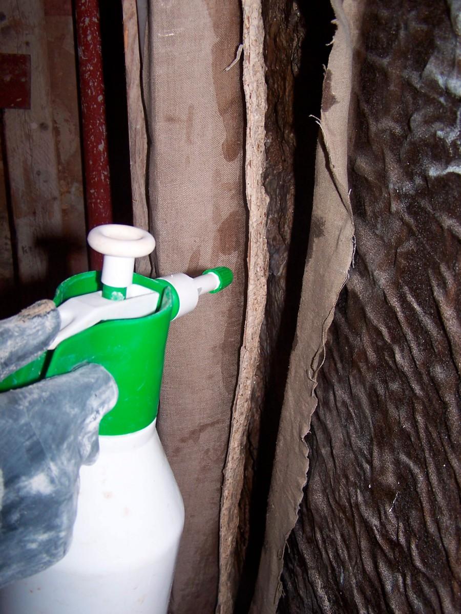 Εικ. 1. Διαβροχή με ψεκασμό του εσωτερικού τμήματος τοιχογραφίας που φέρει οπλισμό.