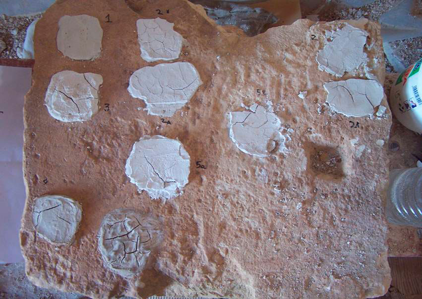 Εικ. 4. Δοκίμια κονιάματος τοιχογραφιών (στεφανώματα) σε νοτισμένο πωρόλιθο: η επιλογή του πιο κατάλληλου υλικού για την (περιμετρική) στερέωση των ακμών των τοιχογραφιών (αρχείο Κ. Στουπάθη).