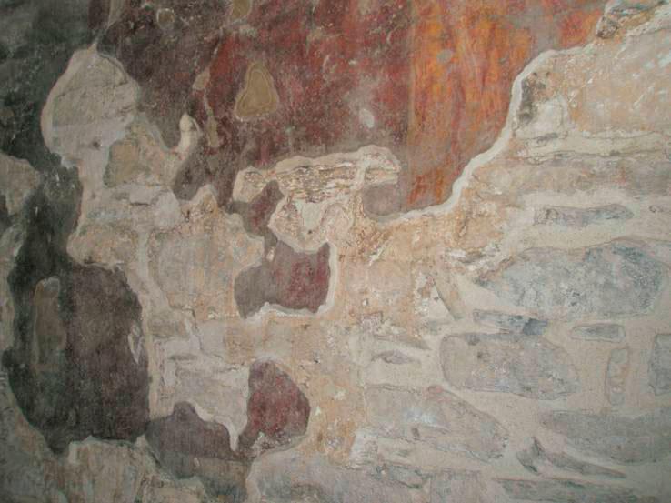 Εικ. 6. Τοιχογραφία με μεγάλη απώλεια υλικού. Το στεφάνωμα, αισθητικά και δεοντολογικά, δεν πρέπει να ακολουθεί ποτέ την απόχρωση των ζωγραφικών στρωμάτων της τοιχογραφίας αλλά της υπάρχουσας λιθοδομής.
