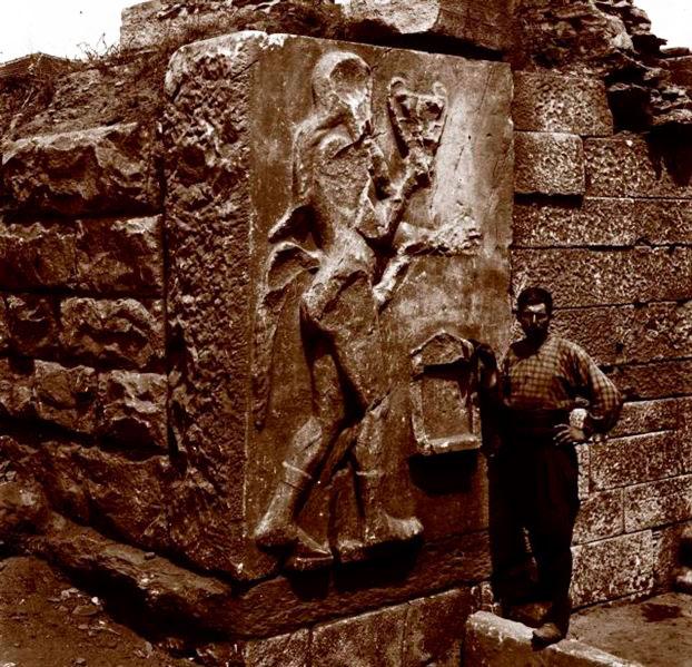 Η «Πύλη του Σιληνού» στο τείχος της αρχαίας πόλης με ανάγλυφη παράσταση (1913).