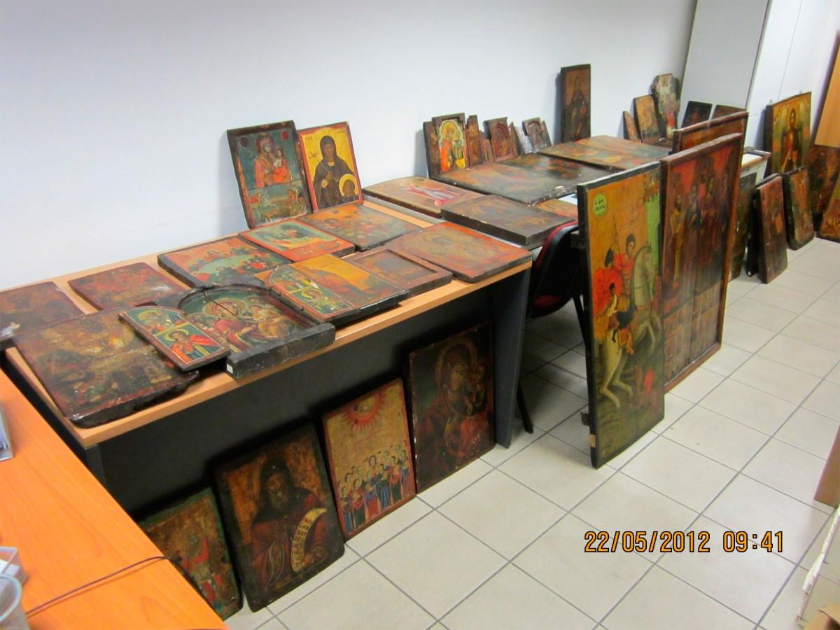 242 αντικείμενα μεταβυζαντινής τέχνης κατασχέθηκαν στη Θεσσαλονίκη από αστυνομικούς του Τμήματος Πολιτιστικής Κληρονομιάς και Αρχαιοτήτων.