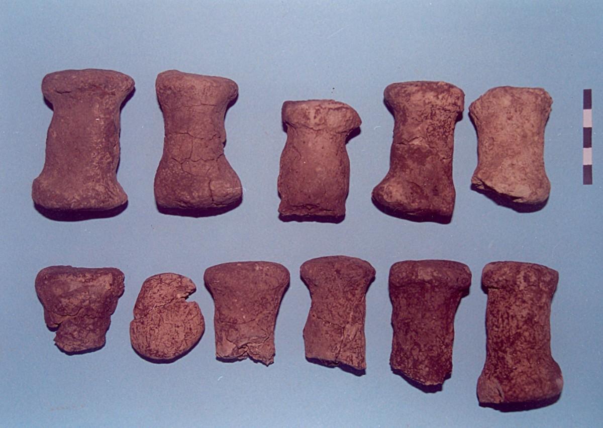 Εικ. 2. Παλιάμπελα Ροδίτη. Πήλινα πηνία-υφαντικά βάρη της Αρχαιότερης Νεολιθικής.