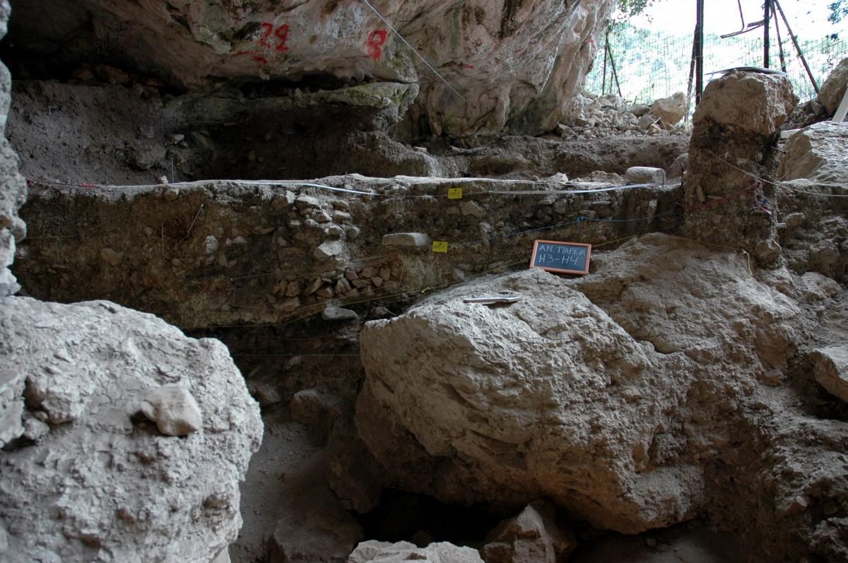 Άποψη του σπηλαίου της Δράκαινας στον Πόρο της Κεφαλονιάς.
