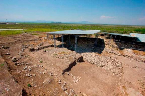 Άποψη της ανασκαφής στον οικισμό της Παλιόσκαλας, στη λίμνη Κάρλα.