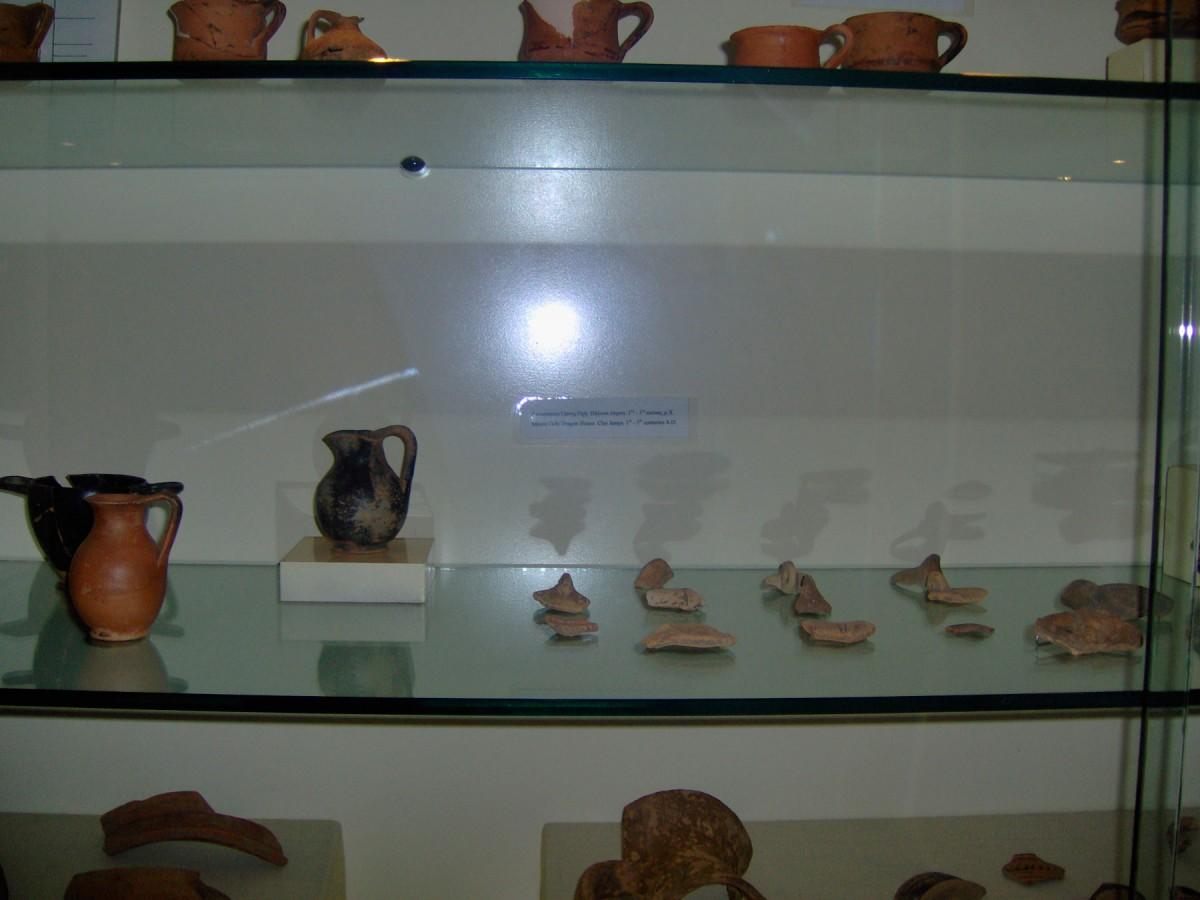 Εικ. 1. Πήλινοι λύχνοι (1ος-3ος αι. μ.Χ.) από το Δρακόσπιτο της Όχης, που φυλάσσονται σήμερα στο Αρχαιολογικό Μουσείο της Καρύστου.