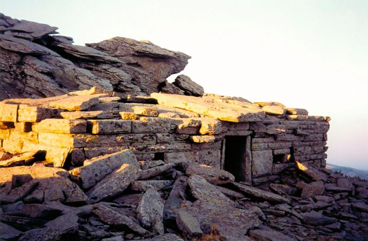 Εικ. 3. Φωτογραφία του Δρακόσπιτου της Όχης από τα νοτιοδυτικά πριν τη δύση του Ήλιου στις 3 Ιουλίου 2004.