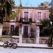 Μια έκθεση «γιορτάζει», ένα σπίτι καταρρέει