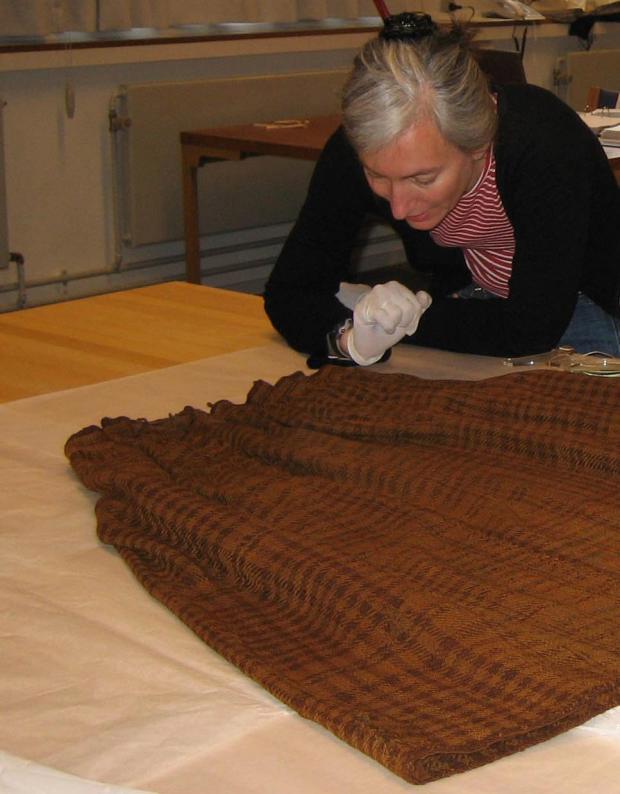 Η αρχαιολόγος Ulla Mannering επεξεργάζεται τη φούστα της γυναίκας του Huldremose.