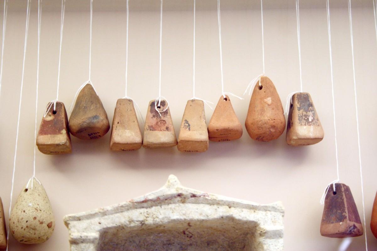 Υφαντικά βάρη. Μουσείο του Κεραμεικού, Αθήνα. Αντικείμενα σαν κι αυτά βρίσκονται κατά χιλιάδες στις αποθήκες των μουσείων