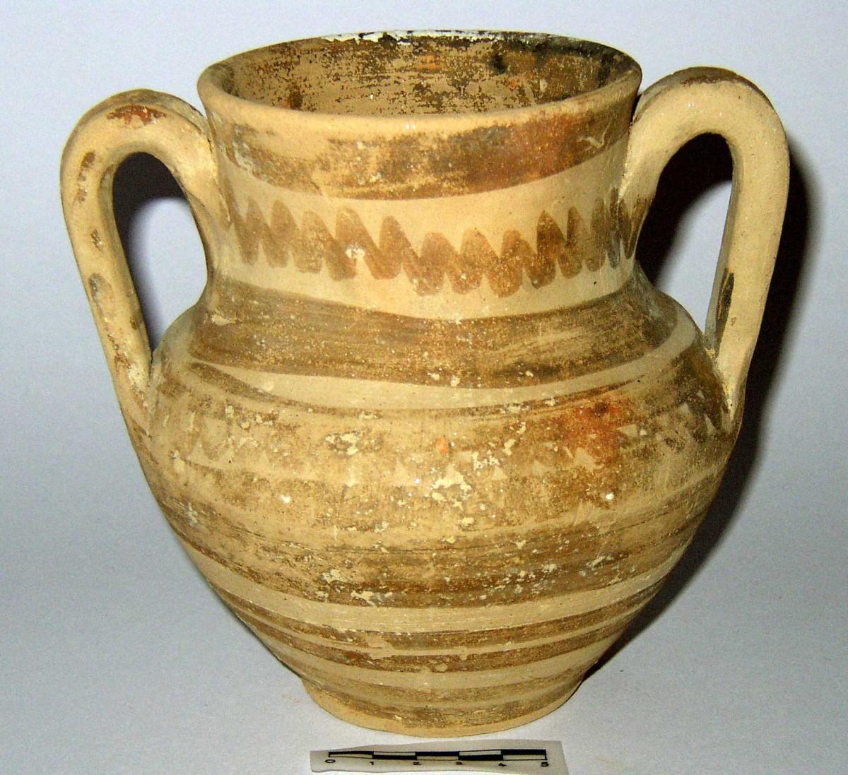 Εικ. 4. Αμφορίσκος Γεωμετρικής εποχής. Μουσείο Βόλου, αρ. ευρ. Κ2544.