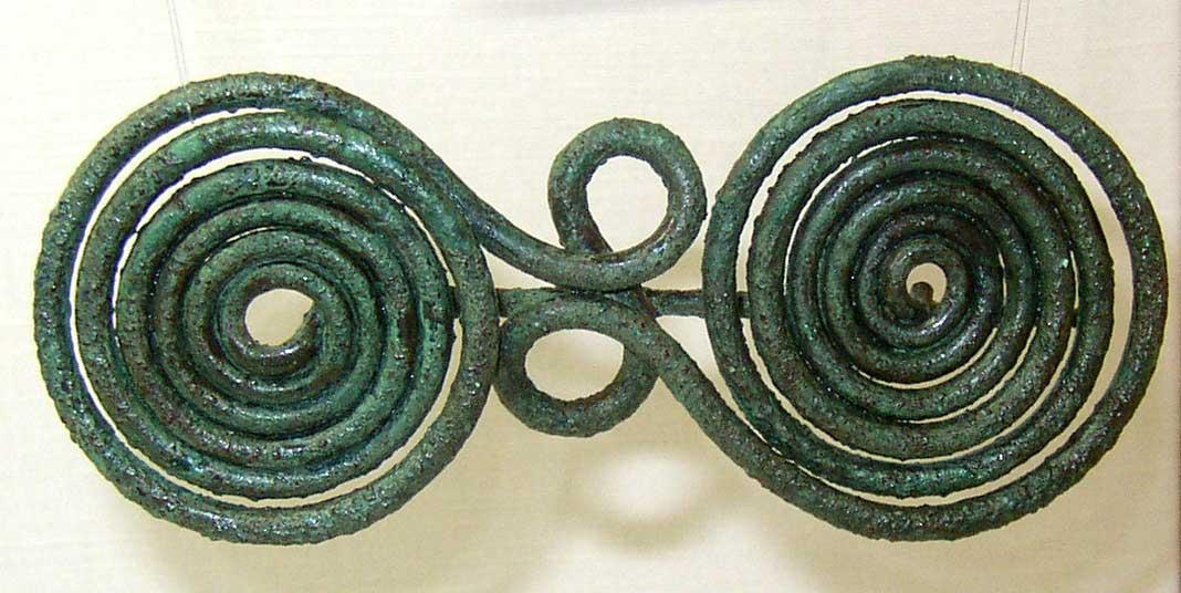 Εικ. 5. Χάλκινη οκτώσχημη πόρπη Γεωμετρικής εποχής. Μουσείο Βόλου, αρ. ευρ. Μ2307.