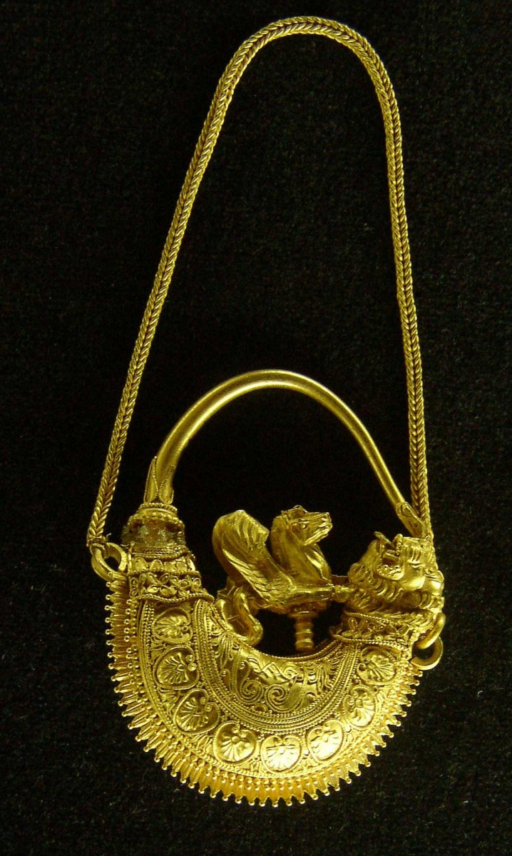 Εικ. 8. Χρυσό ενώτιο από το Ομόλιο, 4ος αι. π.Χ. Μουσείο Βόλου, αρ. ευρ. Μ49.