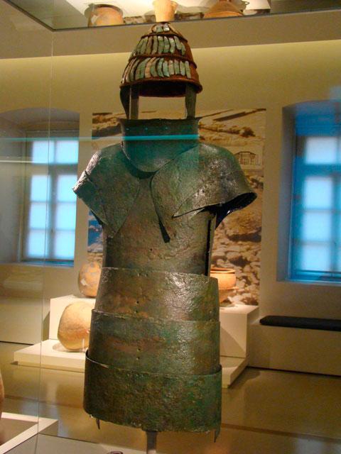 Η πανοπλία των Δενδρών στο Αρχαιολογικό Μουσείο Ναυπλίου.