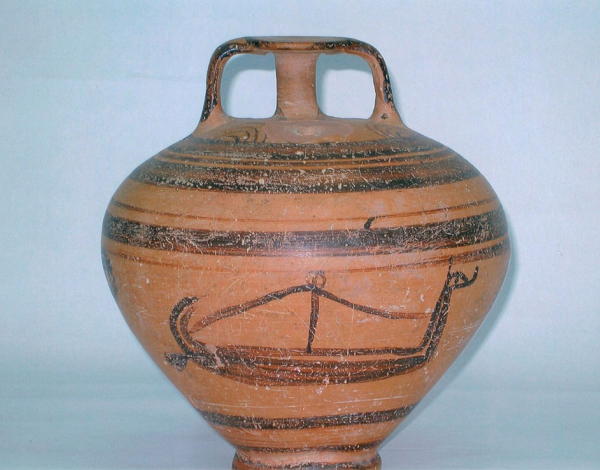 Εικ. 4. Πήλινος ψευδόστομος αμφορέας με γραπτή παράσταση πλοίου στη μία πλευρά του και χταπόδι στην άλλη. Αρχαιολογικό Μουσείο Σκύρου.