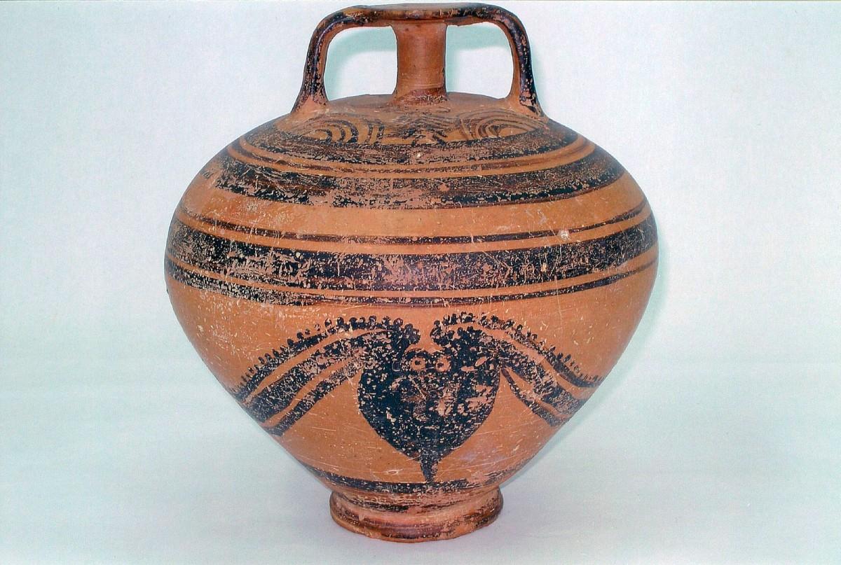 Εικ. 5. Πήλινος ψευδόστομος αμφορέας με γραπτή παράσταση πλοίου στη μία πλευρά του και χταπόδι στην άλλη. Αρχαιολογικό Μουσείο Σκύρου.