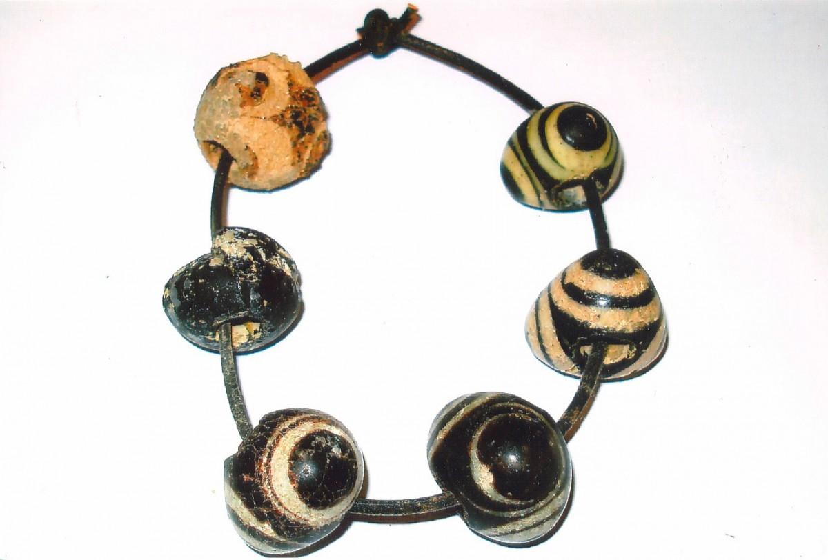 Εικ. 6. Φοινικικής προέλευσης ψήφοι (χάνδρες), από τάφο στη θέση Μαγαζιά της Σκύρου. Αρχαιολογικό Μουσείο Σκύρου.