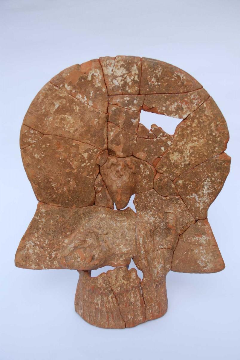 Εικ. 4. Πήλινο πλακίδιο Αρτέμιδος.