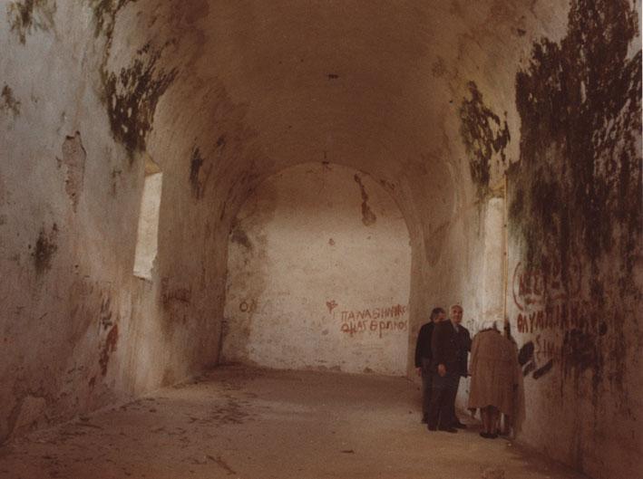 Εικ. 10α. Η  μεγάλη αίθουσα της ακρόπολης από τα νότια πριν από την επέμβαση.