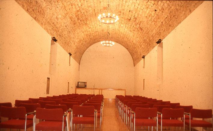 Εικ. 10β. Η  μεγάλη αίθουσα της ακρόπολης από τα νότια μετά την επέμβαση. Εδώ πραγματοποιήθηκαν οι εργασίες του 3ου διεθνούς Συνεδρίου Υποβρύχιας Αρχαιολογίας του Συμβουλίου της Ευρώπης.