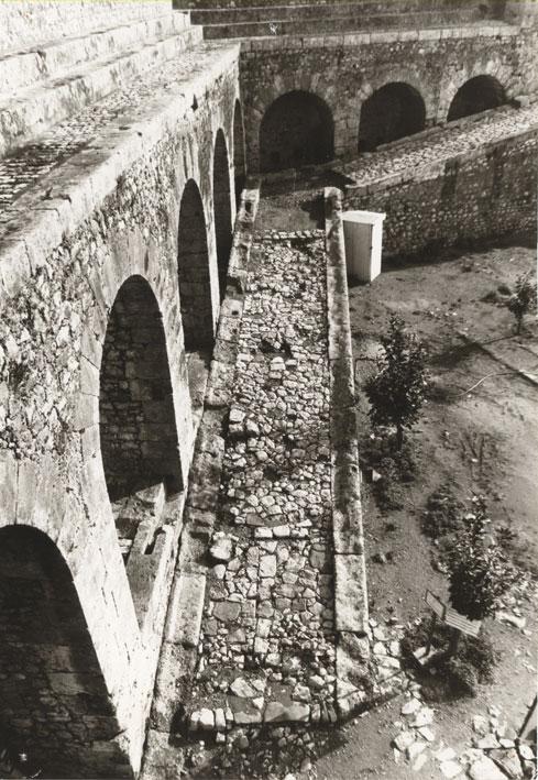 Εικ. 14α. Η αναβάθρα της ακρόπολης πριν από τα έργα αποκατάστασης.